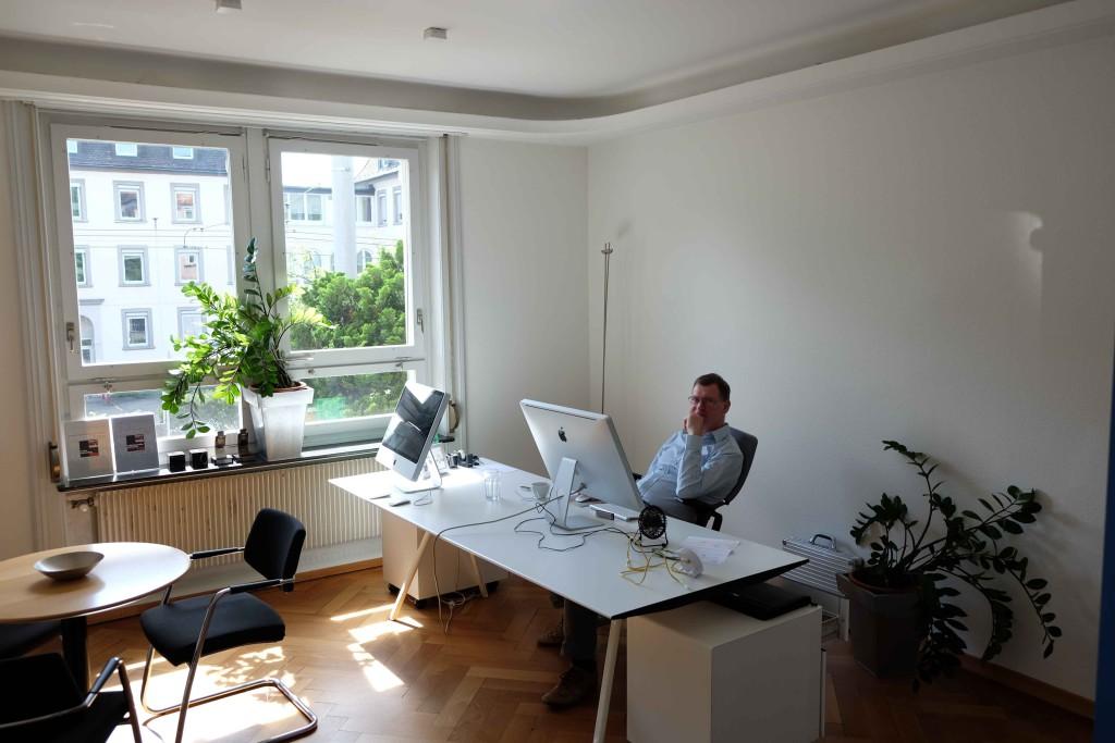 Markus Gabriel im neuen Büro an der Rotbuchstrasse 32